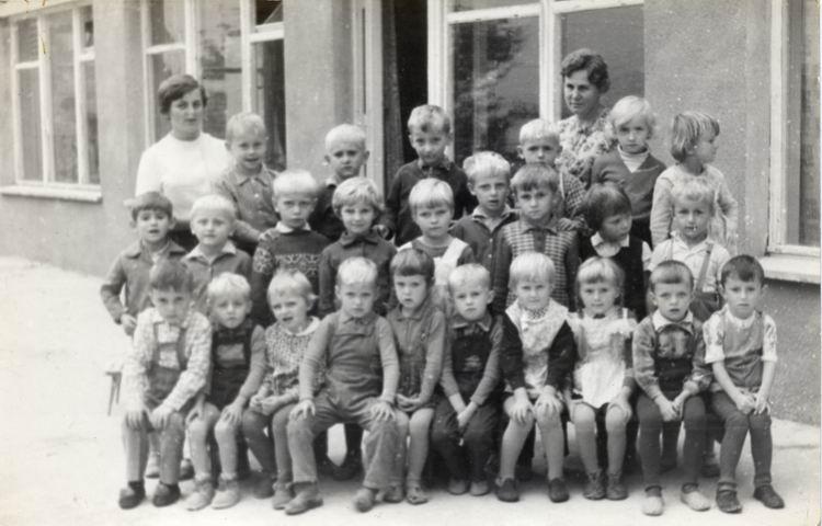 Pierwsza grupa przedszkolnych dzieci przed nowym budynkiem przedszkola- rok 1968
